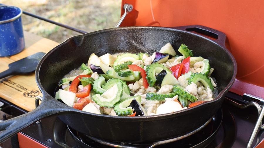 軽キャンピングカー キャンプ料理 夏野菜のガパオ炒め風 フライパンで具材を炒める様子