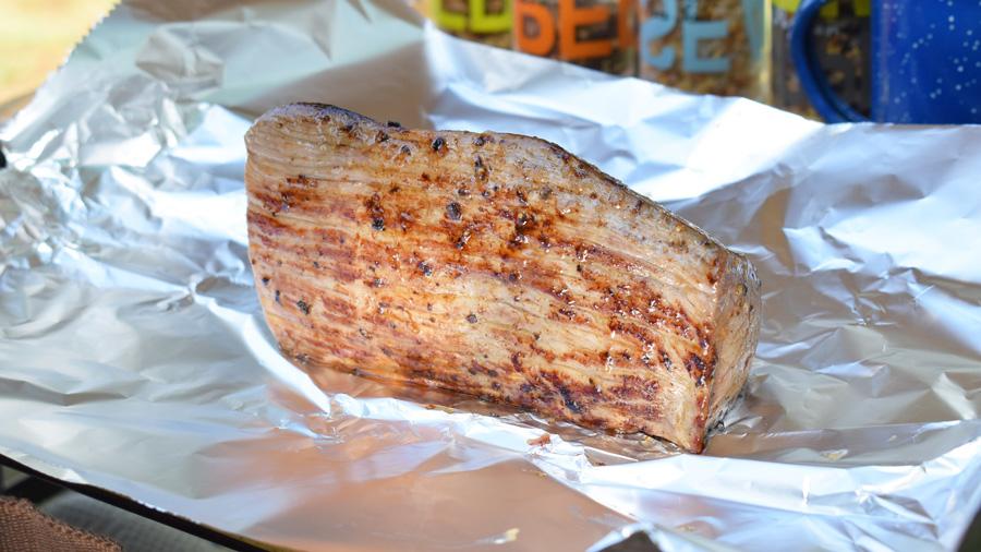 軽キャンピングカー キャンプ料理 ローストビーフ エスニック風 牛モモ肉をアルミホイルで包む