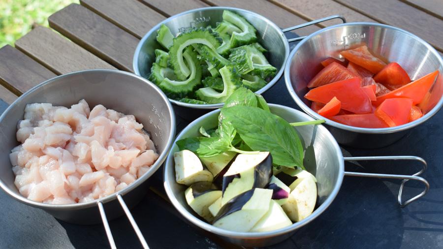 軽キャンピングカー キャンプ料理 夏野菜のガパオ炒め風 カットした材料をシェラカップに入れた様子