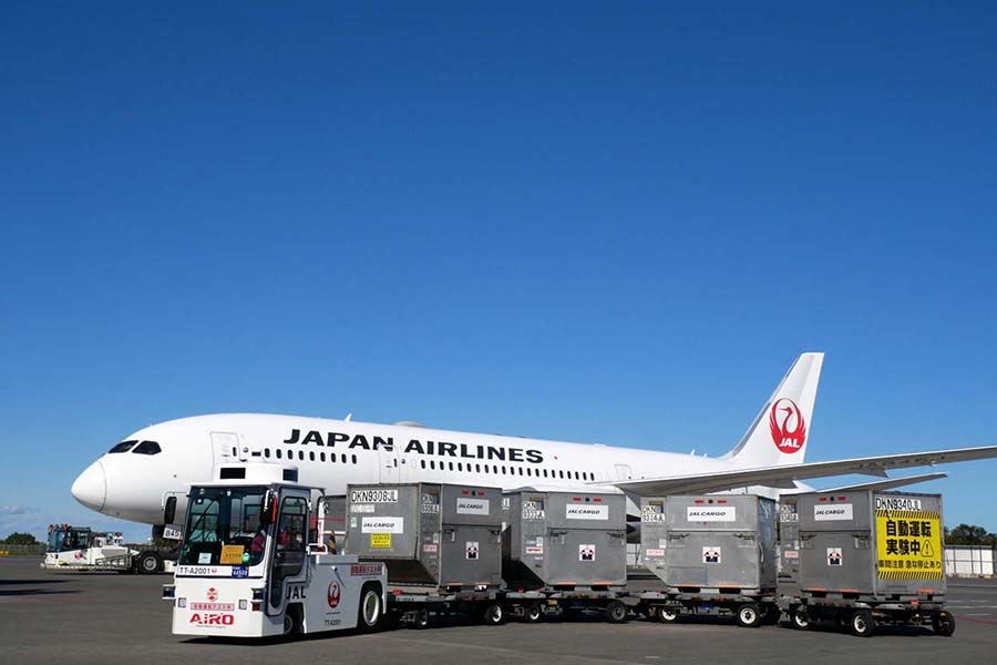 成田空港で実施された自動運転の貨物けん引車の実証実験。制限区域内における手荷物を積載し、積み込み拠点から旅客機までの間を自動走行した