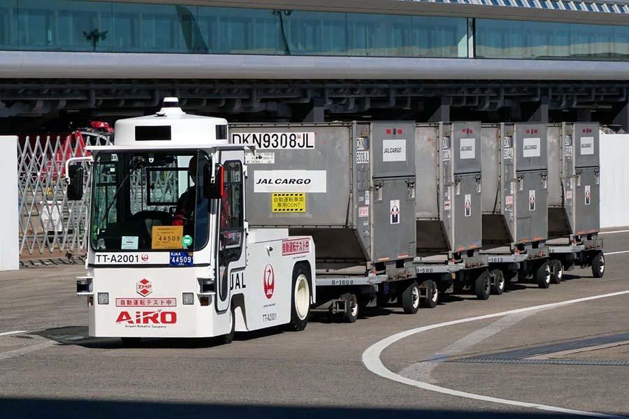 「ZMP 製CarriRo Tractor 25T」は自動運転機能を備えたEV貨物牽引車。無人状態で最大25tの貨物けん引できる能力を持つ