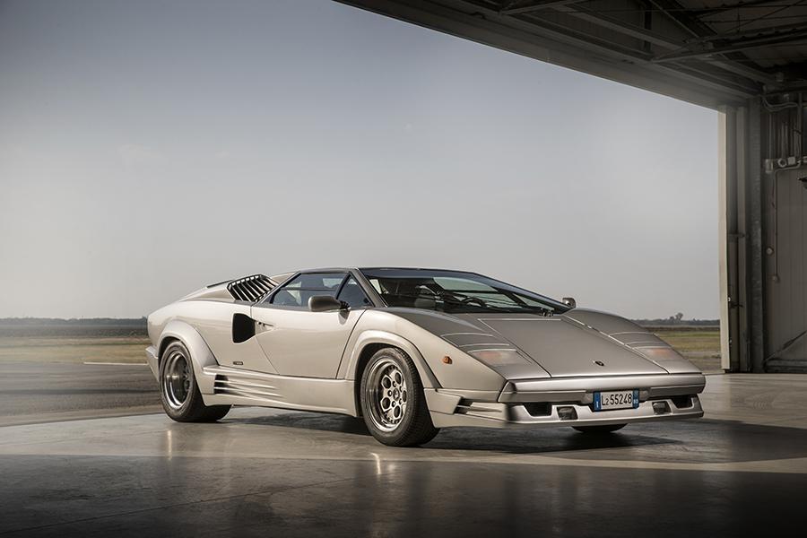 カウンタック最後の市販モデルとなった4バルブヘッドの5.2リッターV12エンジンを積むLP500Sクアットロヴァルヴォーレ。455psで最高速295km/hといわれた。