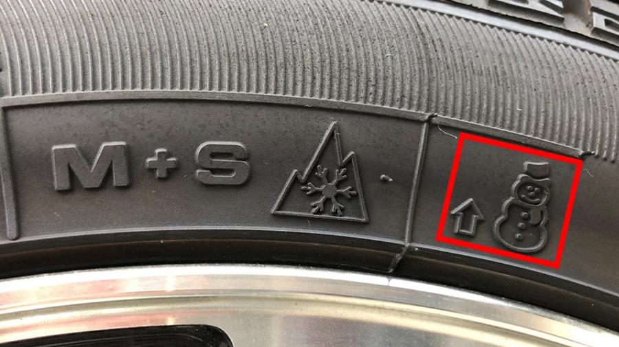 タイヤの見方:スタッドレスタイヤの場合、矢印の延長線上にタイヤの摩耗を判断するための突起、「プラットフォーム」がある。