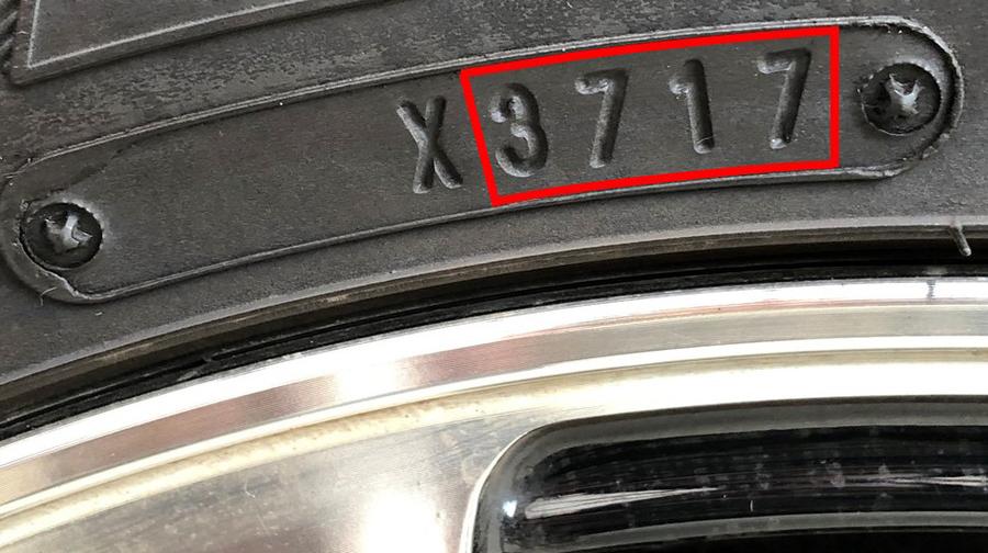 タイヤ表示の見方:4桁数字のうち下2桁が製造年、上2桁が製造週となっている。