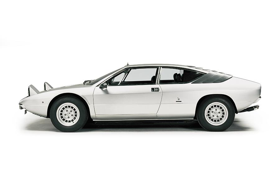 フェラーリのディーノV6シリーズに対抗するべく1970年に発表されたのがV8エンジンをミドシップに横置きしたウラッコで、室内は狭いながらリアシートを備える2+2座。
