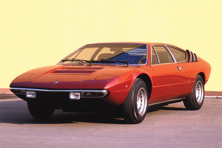 これもボディはベルトーネのガンディーニによるデザインで、V8エンジンは2.5リッターおよび3リッターに加えてイタリア国内向けの2リッターもあり、公表最高速は220~250km/h。