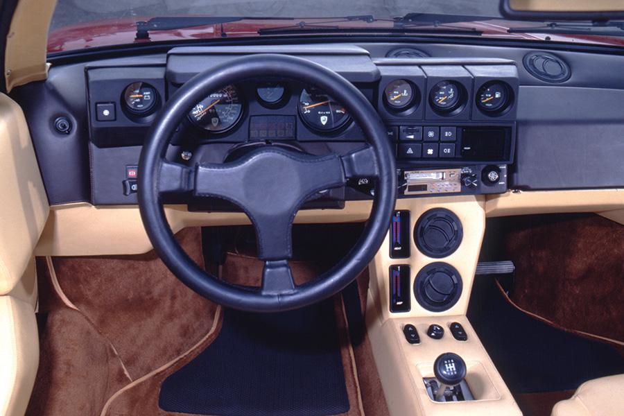 エクステリアのみならずインテリアも、80年代スタイルにデザイン変更されていた。