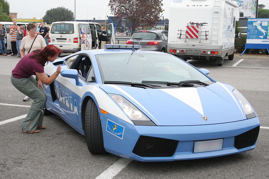 メーカーの寄付により、国家警察道路警備隊はスーパースポーツカーに恵まれることも。2006年イモラ付近にて。