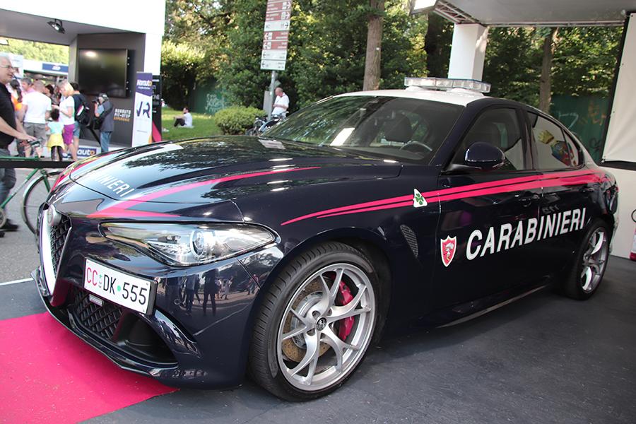 カラビニエリのパトロールカー。自動車イベントには最高性能のモデルが展示されることが多い。2019年6月トリノ「パルコ・ヴァレンティーノ・モーターショー」で。