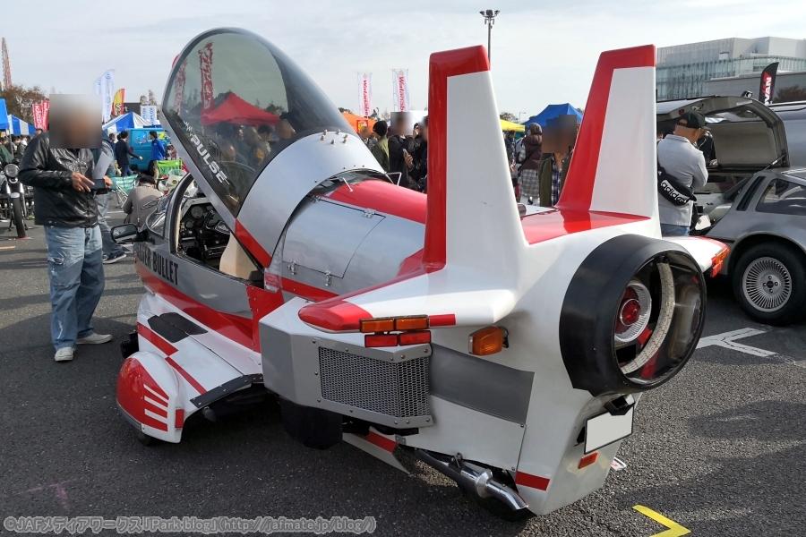 画像3。リアビュー。水平尾翼と2枚の垂直尾翼。そしてジェットエンジンは単発だ。ノズルの中にブレーキランプなどがある。