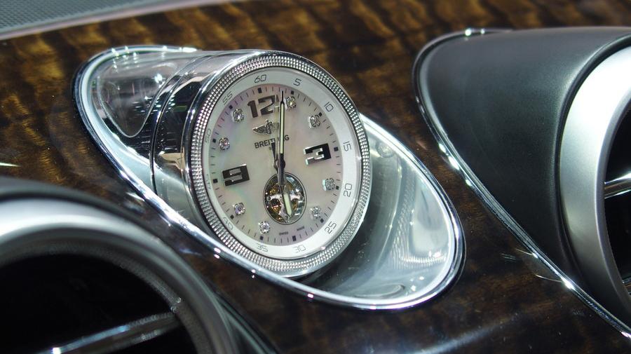 ベンテイガの内装にオプション搭載される、ブライトリング製のトゥールビヨン時計。価格は、約1,950万円という超高級品だ。