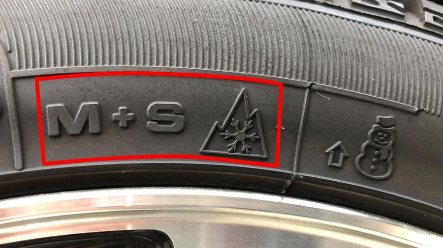 タイヤ表示の見方:「M+S」はMUD(泥、ぬかるみ)+SNOW(雪)の略。右のスノーフレークマークは、冬用タイヤ規制時でも走行可能なタイヤに表示されている。