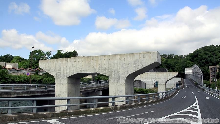 国道20号・八王子南バイパスの開通済み区間の終点である八王子市館町(たてまち)の医療センター入口交差点の様子。建設中の橋脚が並ぶ。