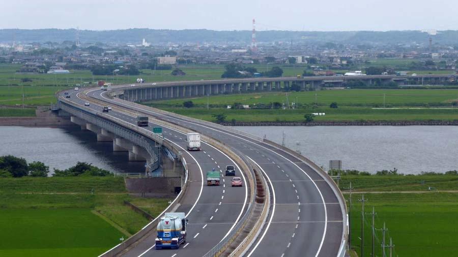 高速自動車国道における農耕トラクターやけん引車両の通行は不可。