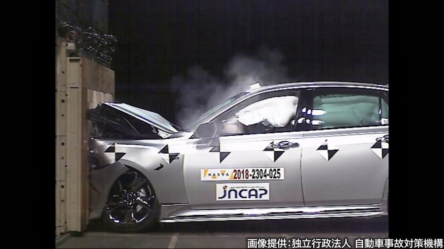 2018年度のJNCAPにおいて、フルラップ前面衝突試験を受けるトヨタ「クラウン」(15代目)。