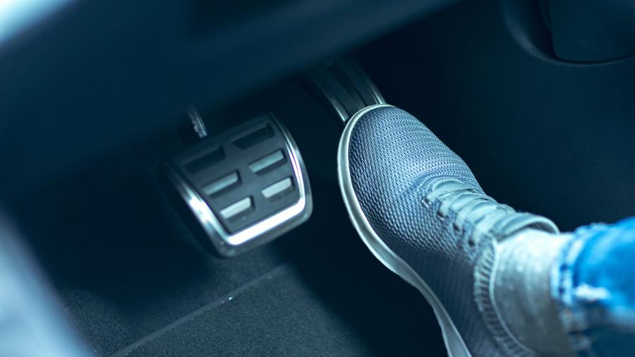 後付け|ペダル踏み間違い|急発進等抑制装置|国交省|アクセル・ブレーキペダルのイメージ画像