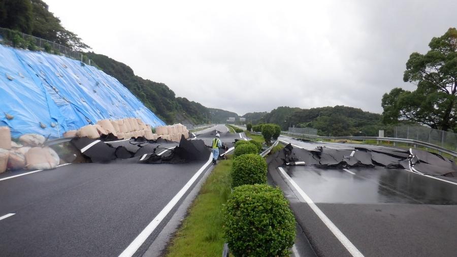 2019年8月27日の異常降雨により、地すべりが発生したE34長崎自動車道・武雄JCT近傍で地すべりが発生。路面も隆起し、側方にもずれてしまった。画像提供:NEXCO西日本