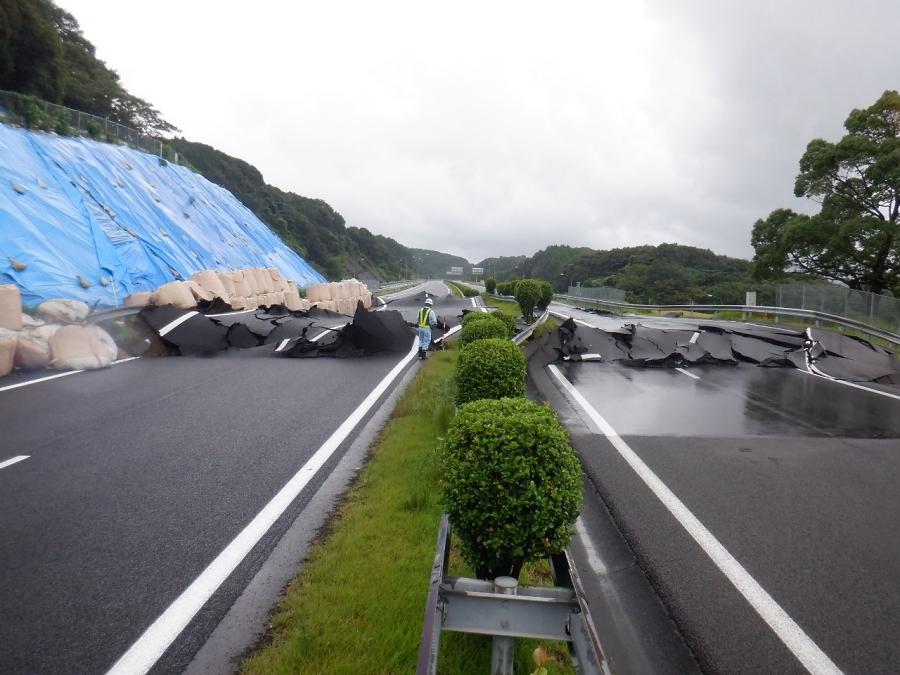 2019年8月27日の異常降雨により、地すべりが発生したE34長崎自動車道の武雄JCT近傍の下り車線の様子。画像提供:NEXCO西日本