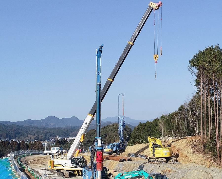2019年8月27日の異常降雨により、地すべりが発生したE34長崎自動車道の武雄JCT。約80本の鋼管杭の打設工事が行われている様子。画像提供:NEXCO西日本