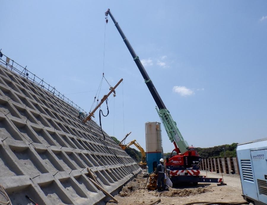 E23長崎道・武雄JCT近傍の地すべりを起こしたのり面を補強するため、約600本の鉄筋が挿入された。その工事の様子。画像提供:NEXCO西日本