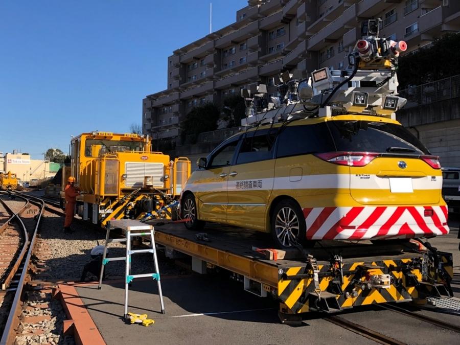 鉄道版「インフラドクター」の計測システム一式。牽引するモーターカーと、計測車両を積載した鉄道台車からなる。画像提供:首都高技術株式会社