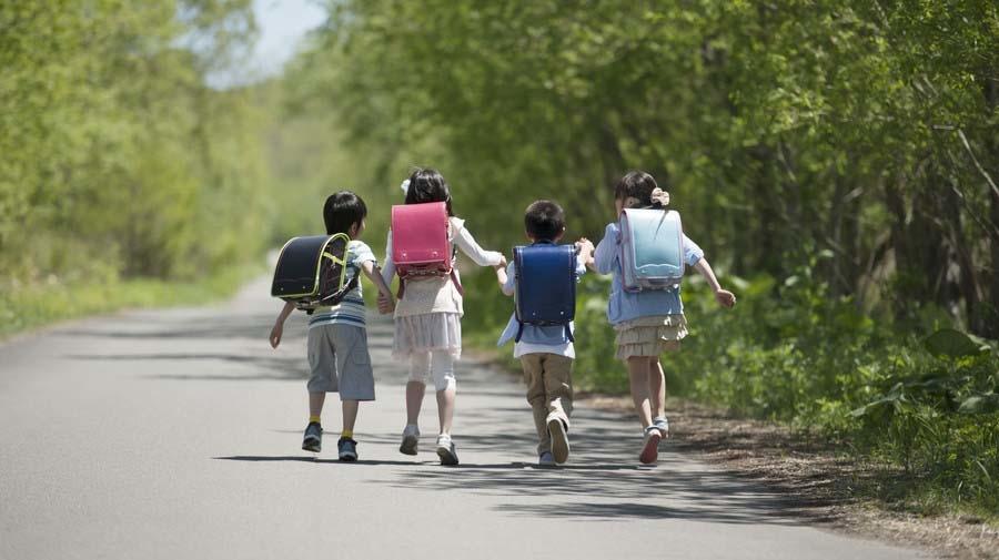 学校再開で6月のひとり歩きデビュー。例年とは異なる登校風景は、子どもたちの交通安全に影響するものだろうか。