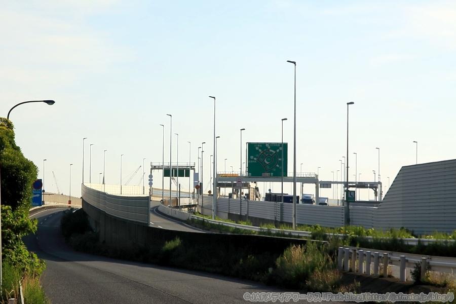 舞浜立体・西行き(東京方面)と側道の分岐予定箇所。現在は、国道357号とB湾岸線・西行きの浦安入口の連絡路の分岐箇所。
