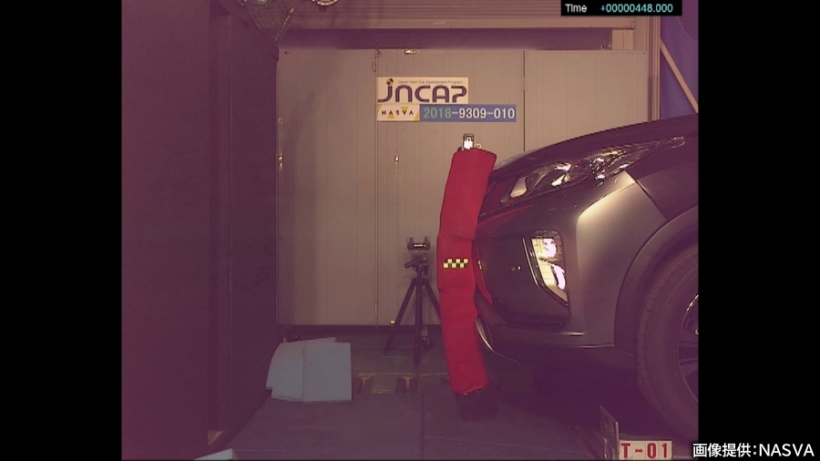 JNCAPの衝突安全性能評価の、歩行者保護の脚部保護性能評価試験の様子。脚部インパクタがふぉろんとバンパーに衝突した瞬間。