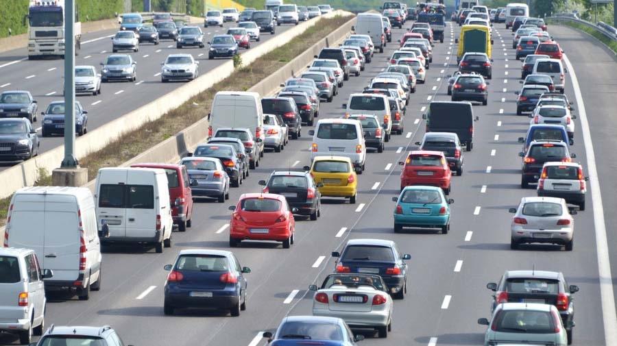 車の運転中に地震に遭遇した時、慌てずに行動するためには対象方法を知っておく必要がある。