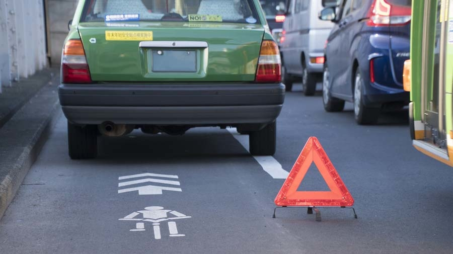 高速道路において停車した際には、道路交通法で三角表示板を設置する義務が定められている。