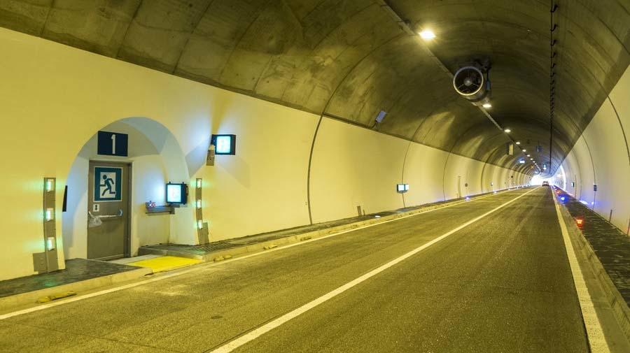 トンネル走行時に地震に遭遇した時、出口まで距離があれば非常口近くに停車して脱出するようにしよう。