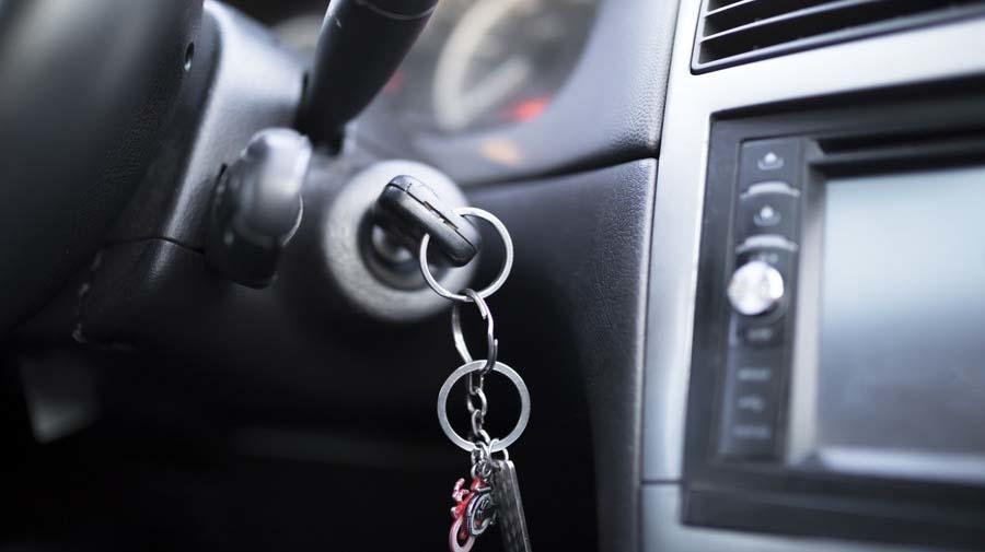 クルマを置いて避難する場合には、エンジンを止めてキーは付けたまま、もしくは運転席など分かりやすい場所に置いておくようにしよう。