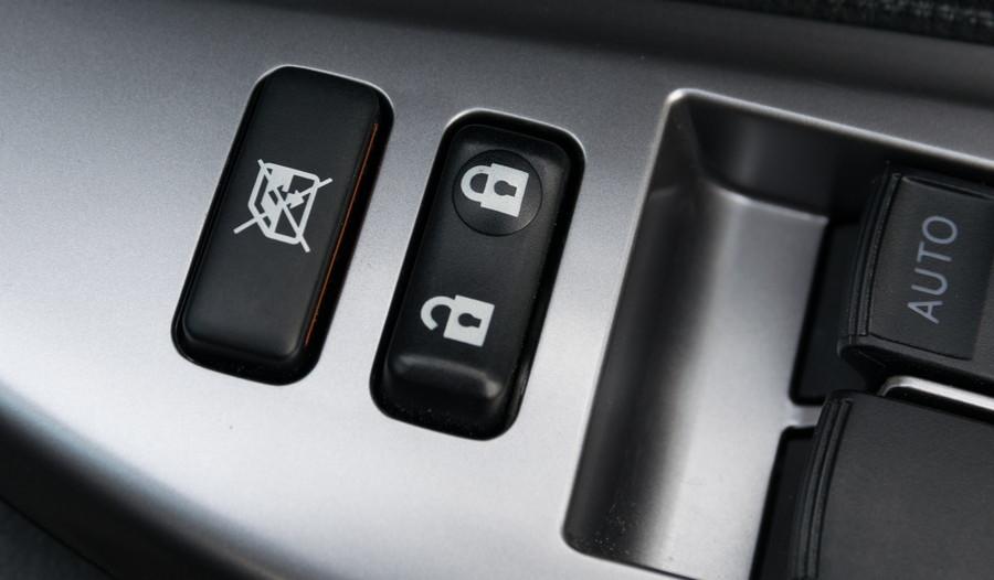 運転席のパワーウインドウスイッチのロック機能を使用して、子どもによる誤作動を防ごう。