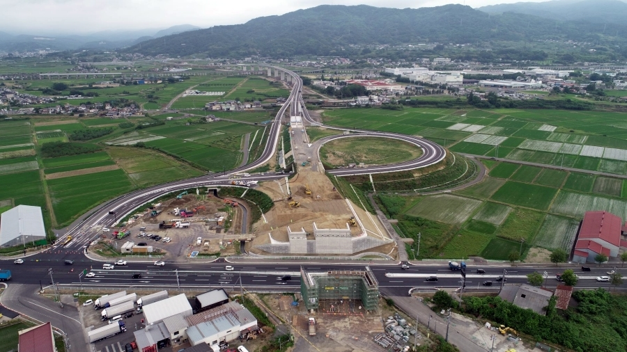 E13東北中央自動車道・福島相馬道路(国道115号)が国道4号と接続する伊達桑折ICの空撮画像。画像提供:福島河川国道事務所。