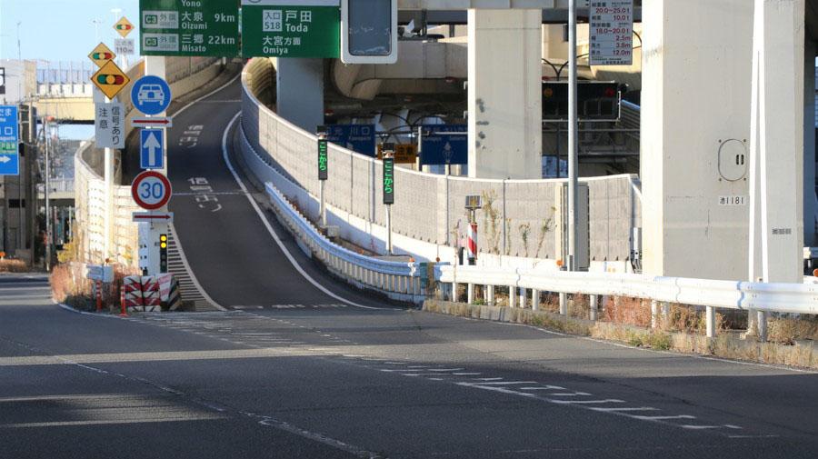 高速道路などの落とし物、歩行者や自転車などの進入発見時には、道路緊急ダイヤル「#9910」に通報しよう。