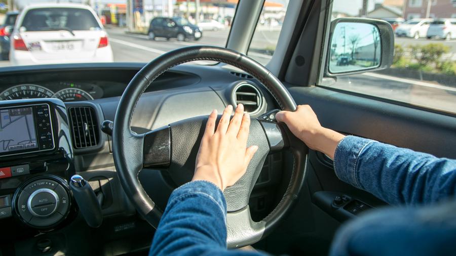 あおり運転|厳罰化|改正|道交法|特徴|分析|クラクションを鳴らすイメージ写真