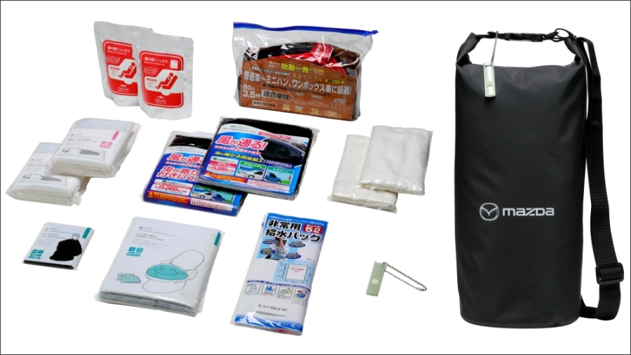 マツダが発売した「車中泊セット」。左が中味の9点セットで、右がマツダのロゴが入った純正防水ロールバッグ。