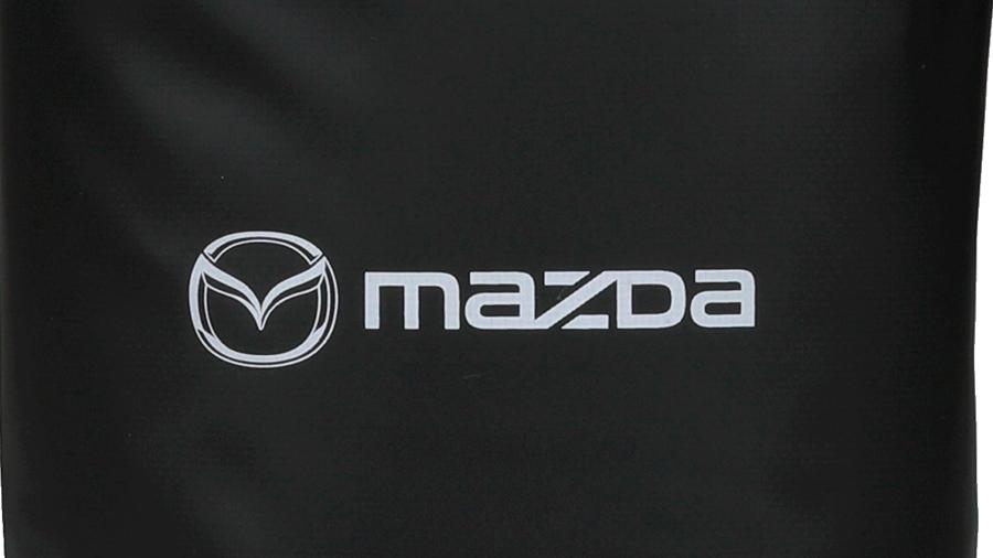 マツダ「車中泊セット」の防水ロールバッグ(10L)には、純正のロゴが入っている。