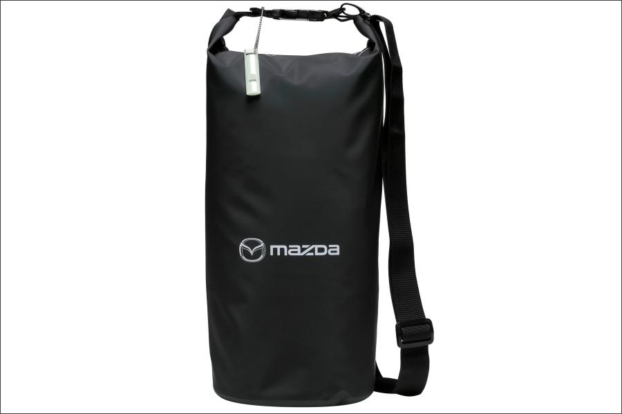 マツダ「車中泊セット」の防水ロールバッグ(10L)。9つのアイテムがこの中に入れられており、持ち運びもしやすい。