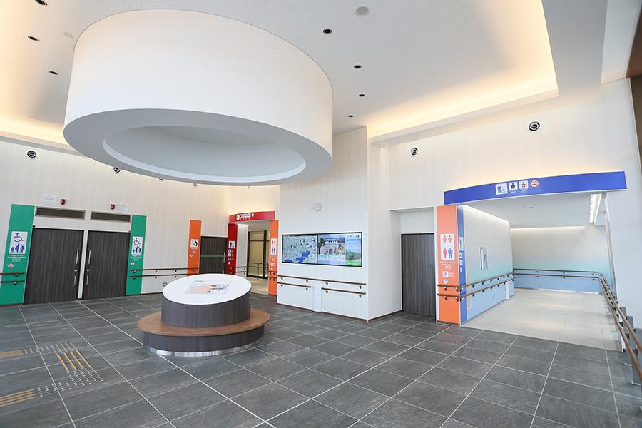 2019年7月にリニューアルオープンした東北自動車道「蓮田サービスエリア(上り線)」のトイレ入口。清潔感ある白を基調とし、明るく開放的な印象に。