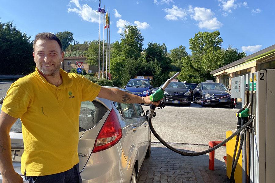 今回の取材で、酷暑のなかレクチャーしてくれた給油所のヴィートさん。握っているのは、無鉛ガソリンの緑色給油ノズル。