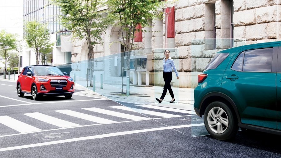 ダイハツの安全運転支援システム「スマートアシスト」を搭載した小型クロスオーバーSUV「ロッキー」。その歩行者や車両をセンサーが検知しているイメージ。