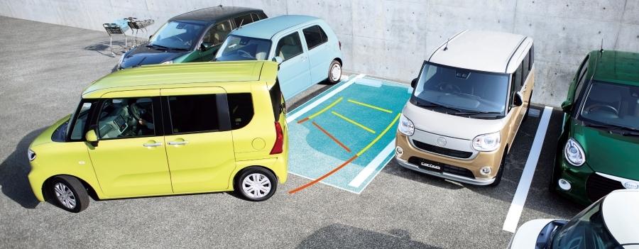 ダイハツ「タント」のスマートアシスト機能のひとつ、駐車支援システム「スマートパノラマ パーキングアシスト」のイメージ。