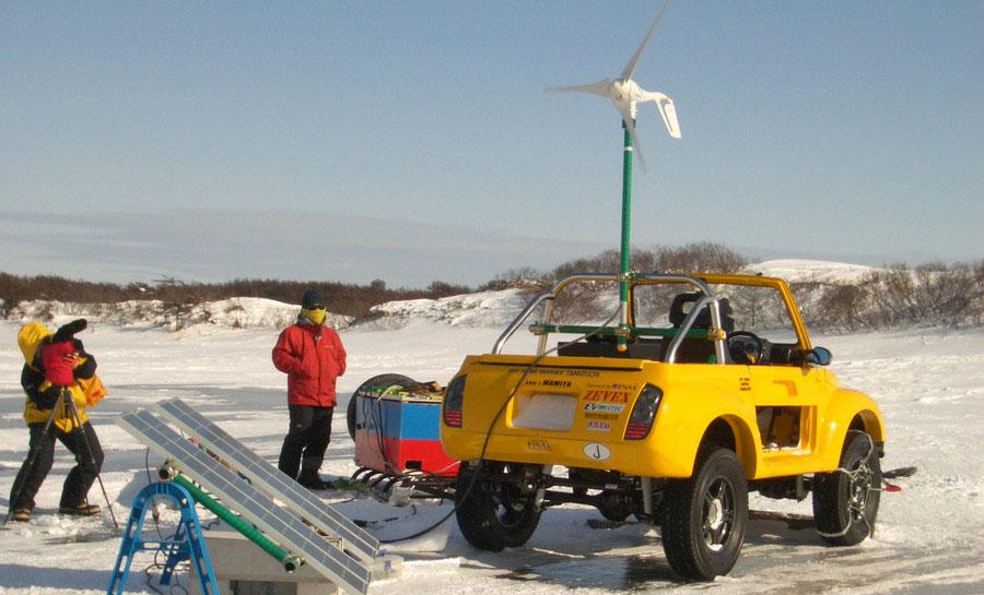間宮海峡のサハリン側の村「ポギビ」にて。小型風車とソーラーパネルからEVジムニ-に充電している様子。
