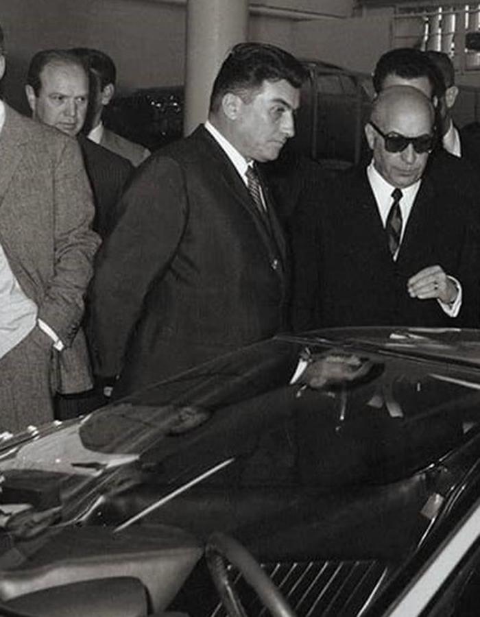 中央の黒っぽいスーツ姿が創始者、フェルッチョ・ランボルギーニ。写真にあるミウラの発表が1966年だから、1916年生まれのフェルッチョ、50歳の頃の姿と思われる。