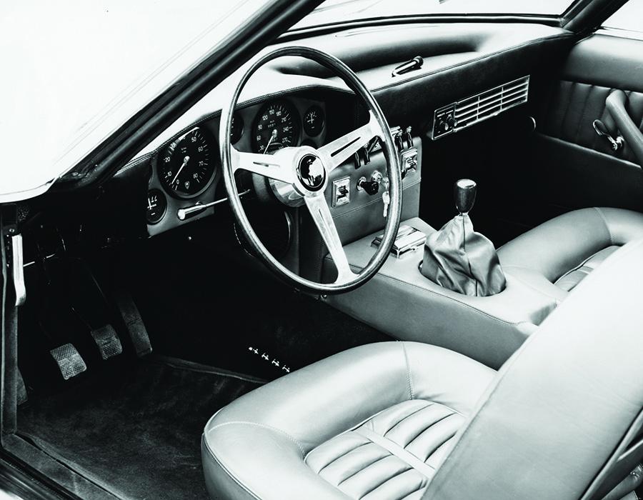 イスレロのコクピット。変速機は当然3ペダルの5段MT。助手席側にはクーラーの吹き出し口が見える。