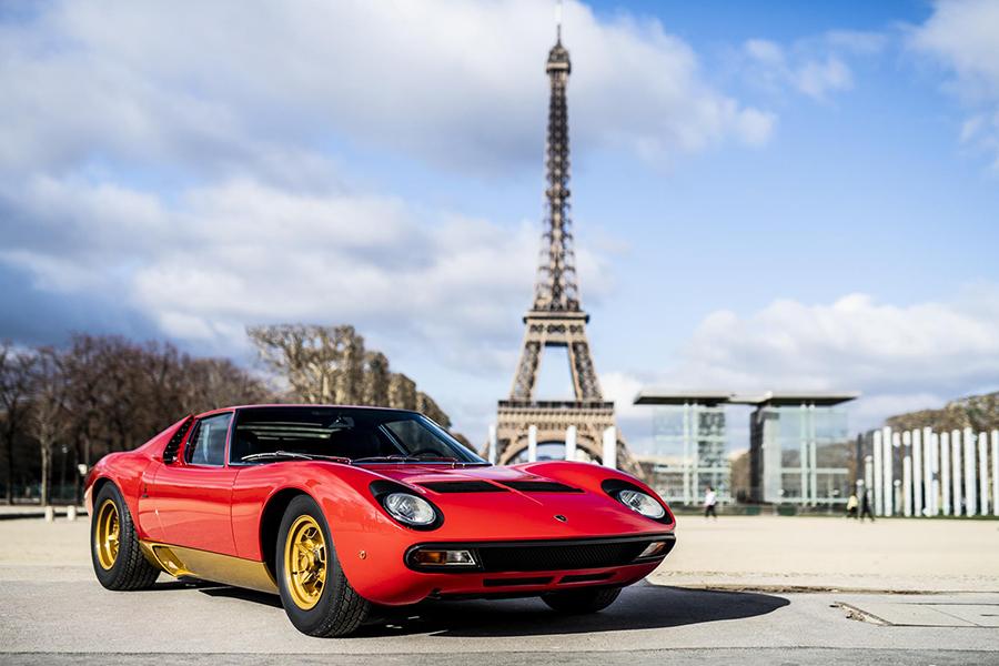 ランボルギーニがフェラーリに先駆けて1966年に世に送り出したミドエンジンスーパースポーツ、ミウラ。