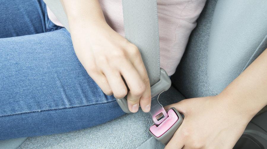 運転中にシートベルトを着用していない場合、着用義務違反となる。