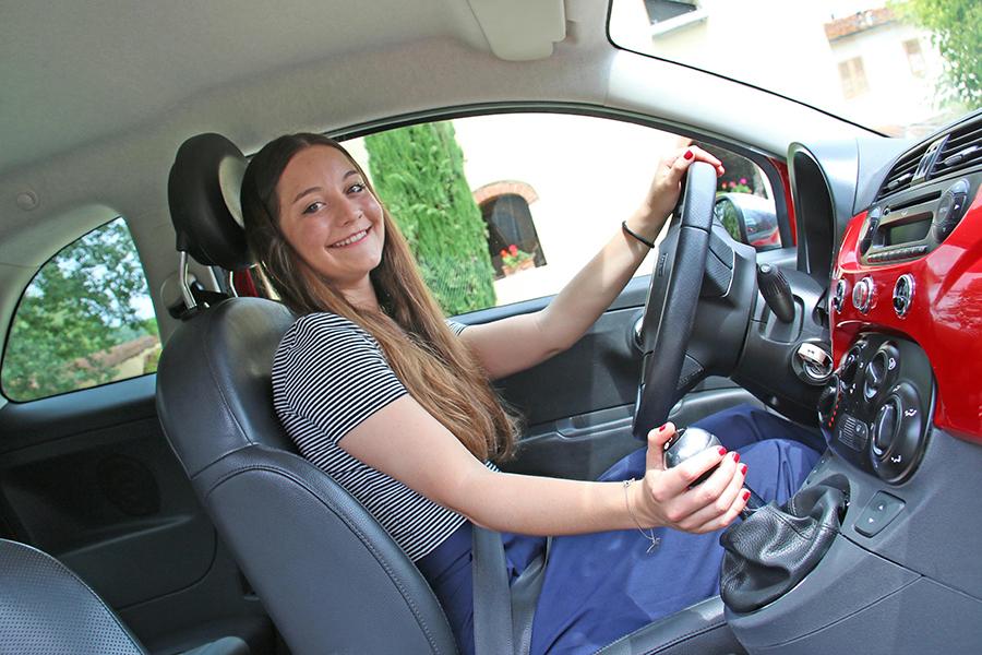 イタリアではAT車の比率が年々上昇しているものの、小型車ではまだ圧倒的にMT車が主流だ。写真のフィアンメッタさんも、フィアット500のシフトレバーを鮮やかに操る。