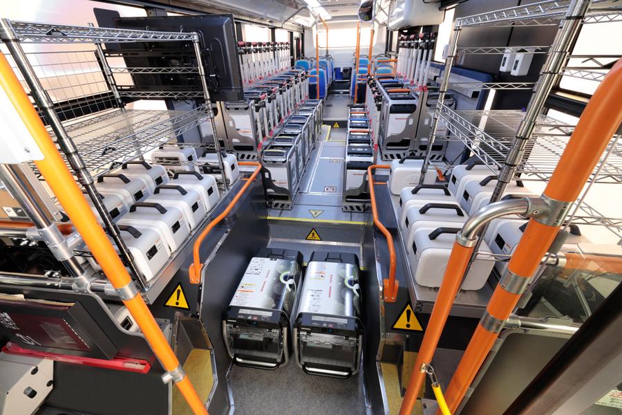 トヨタ|ホンダ|燃料電池バス|災害時の給電|Moving e(ムービングイー)|機材を積載した車内(前方から)